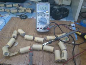 мультиметр, элементы аккумуляторной батареи